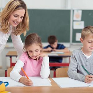 ehrerin betreut kinder im ersten Schuljahr