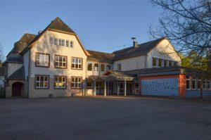 Grundschule Welschbillig - Schulhof mit Hauptgebäude